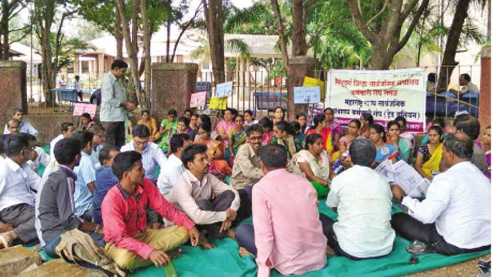 सिंधुदुर्गनगरी - येथे जिल्हा सार्वजनिक ग्रंथालय कर्मचारी संघातर्फे आयोजित धरणे आंदोलनात सहभागी कर्मचारी.