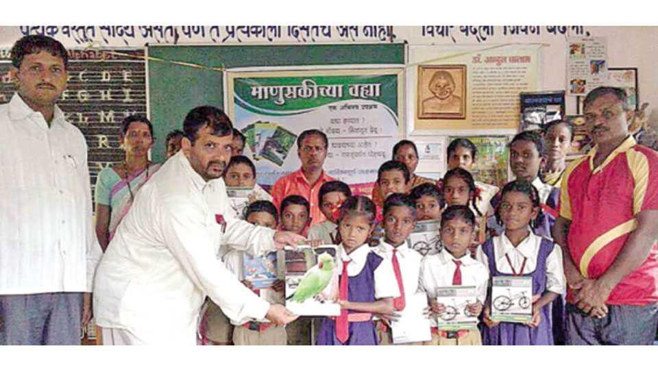 देवरूख - रत्नागिरी तालुक्यातील कोळिसरे शाळेत वह्या वाटप करताना युयुत्सु आर्ते. शेजारी डॉ. सुनील दैठणकर, शिक्षक माधव अंकलगे व सदस्य.