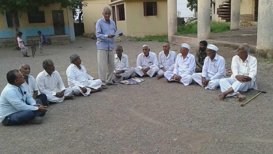 कापडणे (ता.धुळे) -राज्यव्यापी मसूदा मोर्चा संदर्भात मार्गदर्शन करतांना जिल्हाध्यक्ष गुलाबसिंग रघुवंशी.