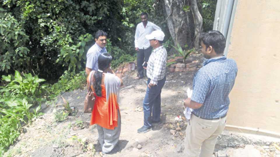 कडेगाव - शोषखड्ड्यांची मंगळवारी पाहणी करताना डॉ. राजेश देशमुख. त्या वेळी आनंद भंडारी व कर्मचारी.