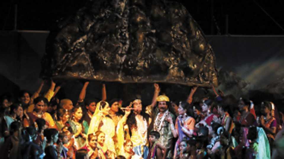 रेशीमबाग - भगवान श्रीकृष्णाद्वारे गोवर्धन पर्वत करंगळीवर उचलतानाचा प्रसंग.