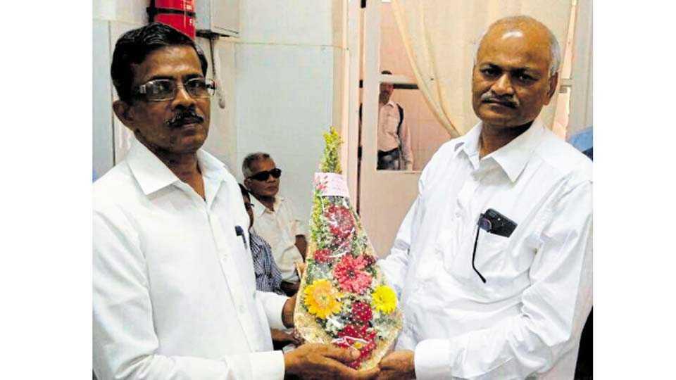 मुंबई - येथे पद्मश्री डॉ. लहाने यांचे स्वागत करताना मुंबई सेंट्रल रेल्वेचे वित्त अधिकारी पांडुरंग चव्हाण.