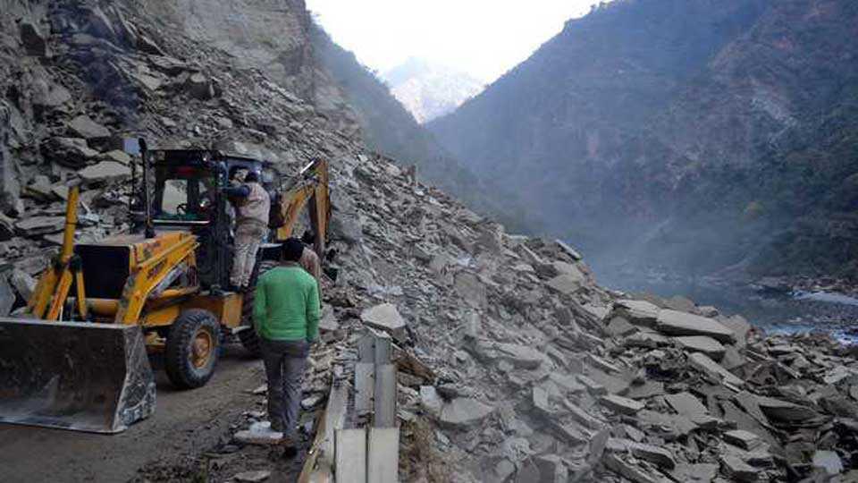 Over 2000 vehicles stranded due to landslide on Manali Leh highway
