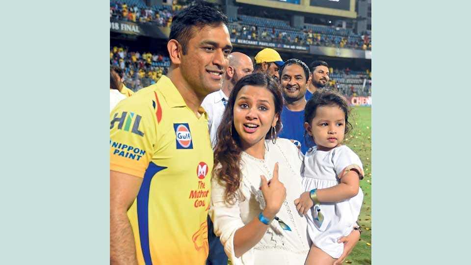 मुंबई - आयपीएल विजेतेपदानंतर पत्नी साक्षी आणि मुलगी झिवा यांच्यासह महेंद्रसिंह धोनी.