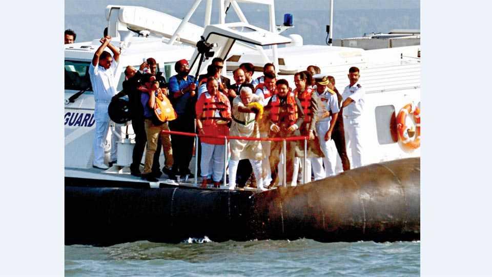 मुंबई - महाराष्ट्रभरातील नद्यांचे जल आणि गड-किल्ल्यांवरील मातीचे शनिवारी समुद्रार्पण करताना पंतप्रधान नरेंद्र मोदी.