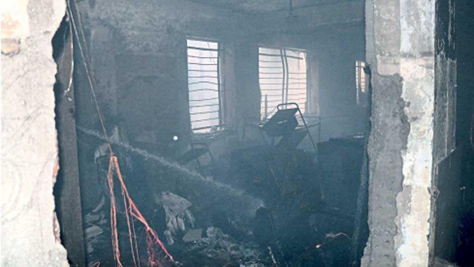 माणिक हॉस्पिटलच्या तळमजल्यात लागलेल्या आगीनंतरची स्थिती.