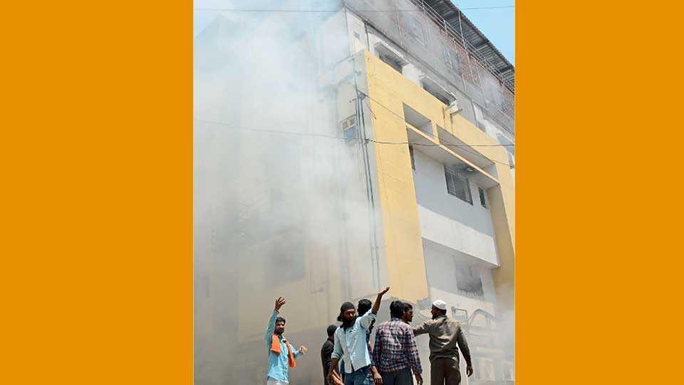 औरंगाबाद - शहरातील माणिक हॉस्पिटल येथे सोमवारी लागलेली भीषण आग.