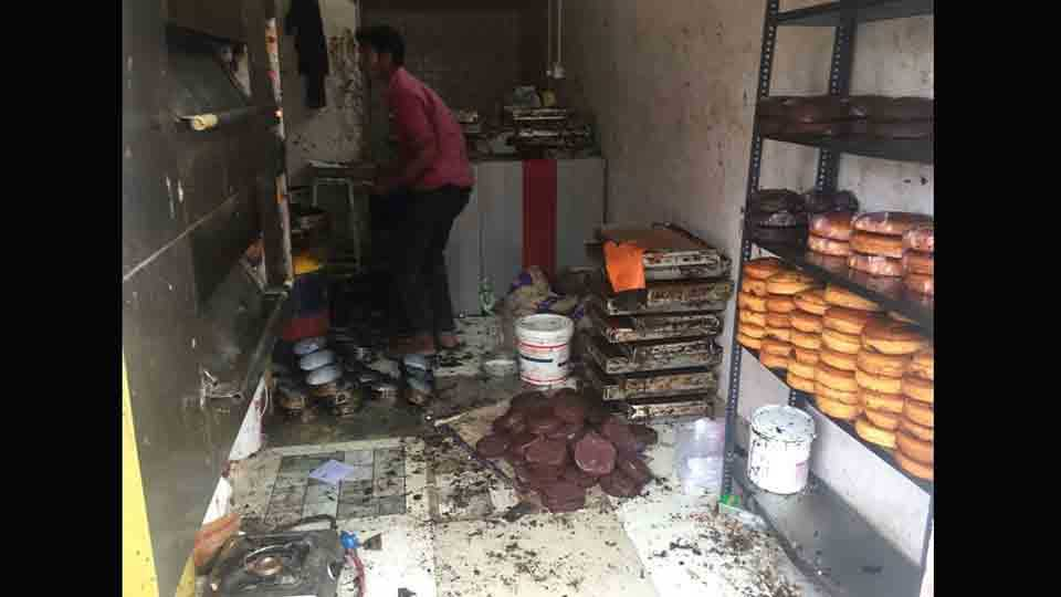 The customer complained against a reputable bakery for uncleanness at manjari