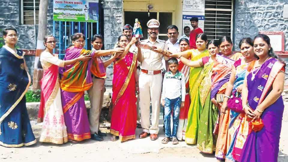 म्हसवड - तनिष्कांनी महिलांच्या सुरक्षेची पोलिस अधिकाऱ्यांसोबत प्रतीकात्मक गुढी उभारली.