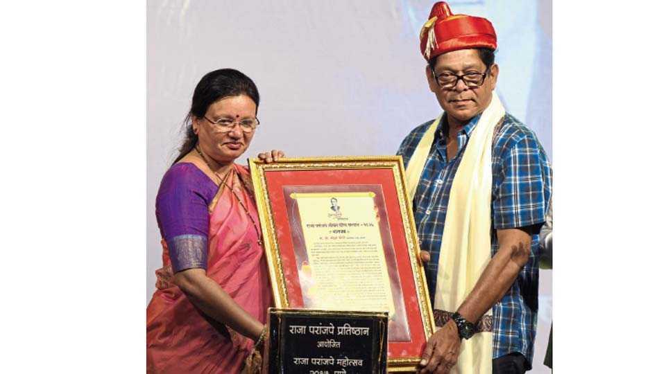 भरत नाट्य मंदिर - राजा परांजपे प्रतिष्ठानचा 'राजा परांजपे जीवनगौरव' पुरस्कार मोहन जोशी यांना प्रदान करताना मुक्ता टिळक.