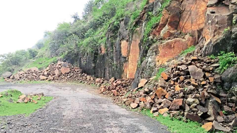 मोरखिंड घाट - या घाटात मातीबरोबर दगड कोसळत असल्यामुळे धोकादायक स्थिती आहे.