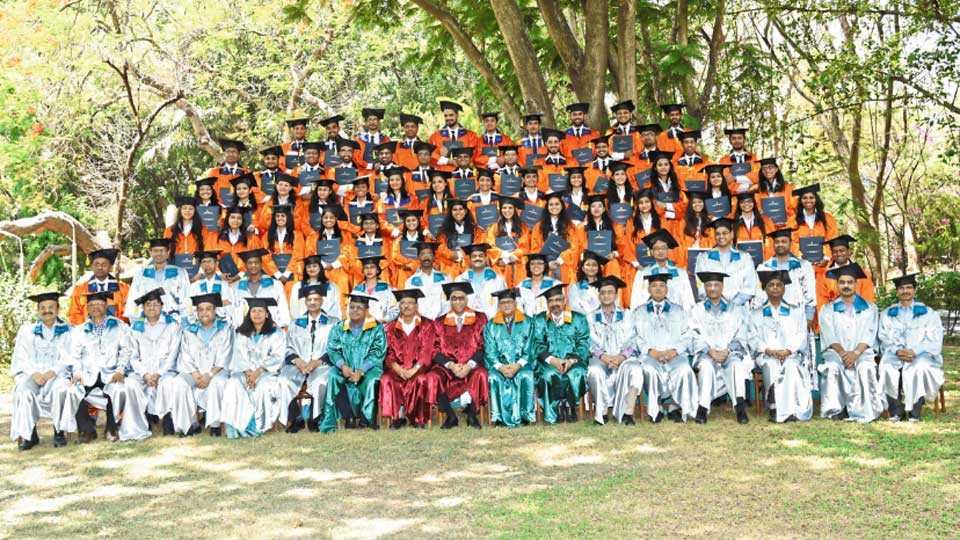 एनआयबीएम - पदवीदान सोहळ्यानंतर पदवीप्राप्त विद्यार्थ्यांसमवेत एस. एस. मुंद्रा.
