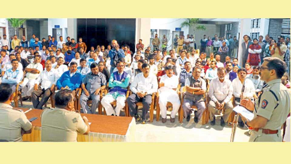 नाशिक - कोरेगाव भीमा घटनेच्या पार्श्वभूमीवर मंगळवारी पोलिस आयुक्तालयात झालेल्या शांतता समितीच्या बैठकीत बोलताना पोलिस आयुक्त डॉ. रवींद्रकुमार सिंगल. समोर उपस्थित सर्वपक्षीय पदाधिकारी व कार्यकर्ते.
