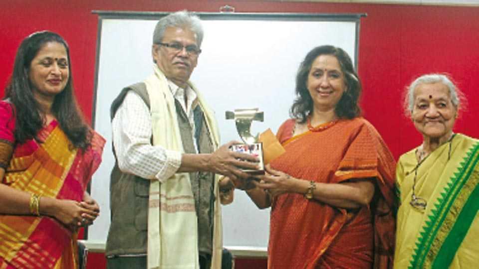 पत्रकार भवन, नवी पेठ - विठ्ठल हुलावळे यांना पुरस्कार प्रदान करताना ज्येष्ठ अभिनेत्री नीना कुलकर्णी.