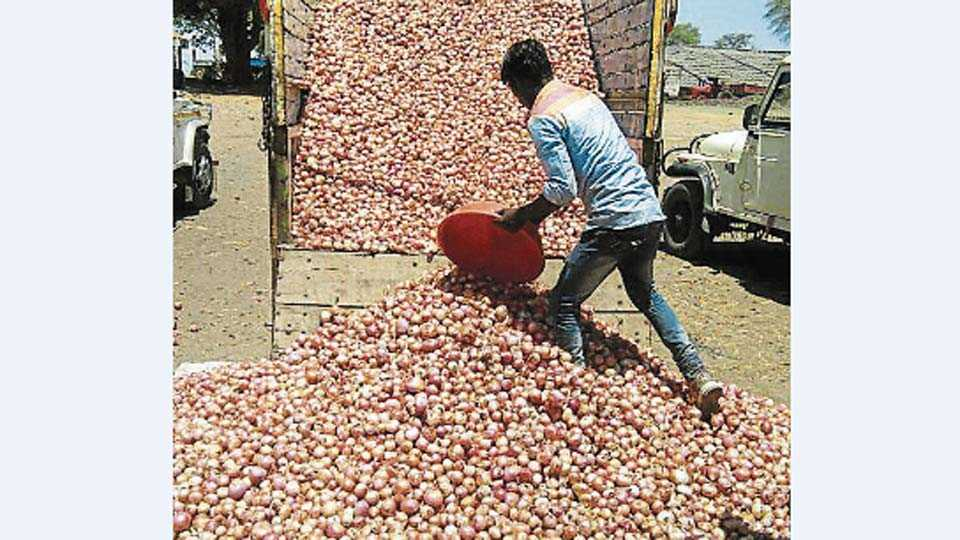 कांदा उत्पादक शेतक-याने कांद्याला खरेदीदार न मिळाल्याने कांदा उपबाजार समितीच्या आवारात फेकला.
