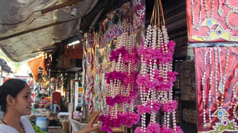 महात्मा फुले मंडई - मकर संक्रांतीनिमित्त हलव्याच्या दागिन्यांची खरेदी करताना महिला.