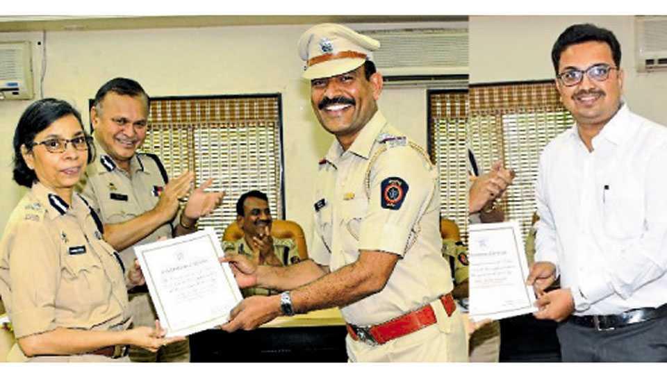पुणे - पोलिस निरीक्षक अशोक कदम, रियाज नदाफ यांचा गौरव करताना पोलिस आयुक्त रश्मी शुक्ला.