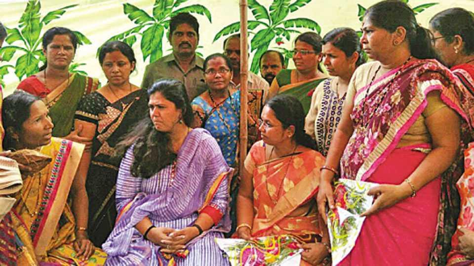 कोल्हापूर - ग्रामविकास मंत्री पंकजा मुंडे यांची परळी येथे भेट घेऊन महिला शिक्षिकांनी बदल्या रद्द करण्याची मागणी केली.