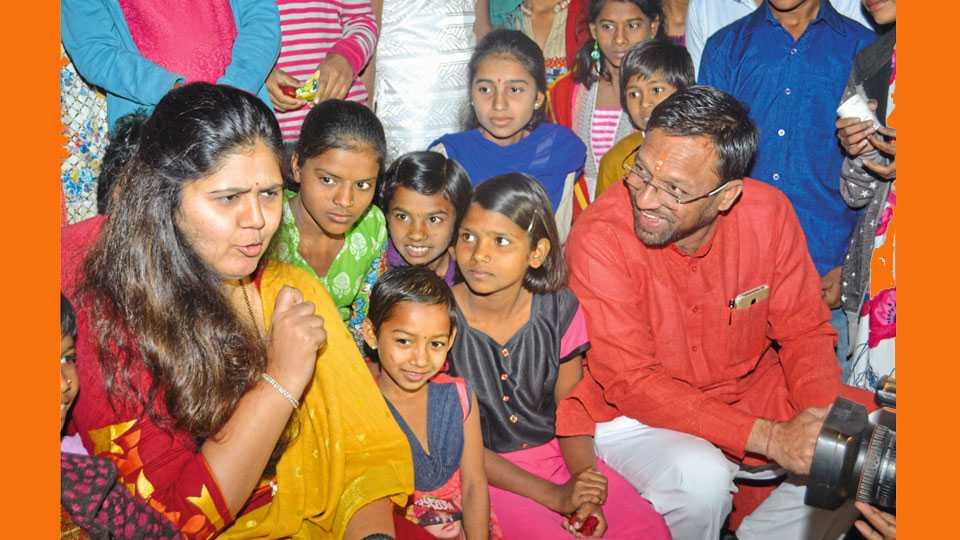 औरंगाबाद - चिकलठाणा विमानतळावर महिला व बाल विकासमंत्री पंकजा मुंडे निराधारगृहातील मुला मुलींसोबत गप्पांत रंगल्या. यावेळी उपस्थित प्रविण घुगे.