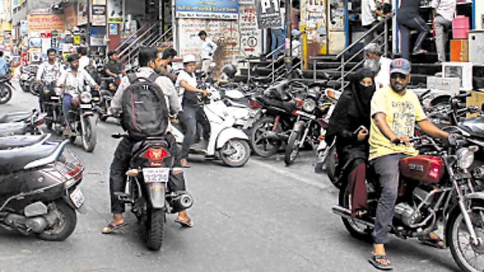 बुधवार पेठ, शिवाजी रस्ता - वसंत थिएटरसमोर इलेक्ट्रिक मार्केटकडे जाणाऱ्या रस्त्यावर नियम धुडकावत दोन्ही बाजूंना दुचाकी वाहने उभी केली जातात.