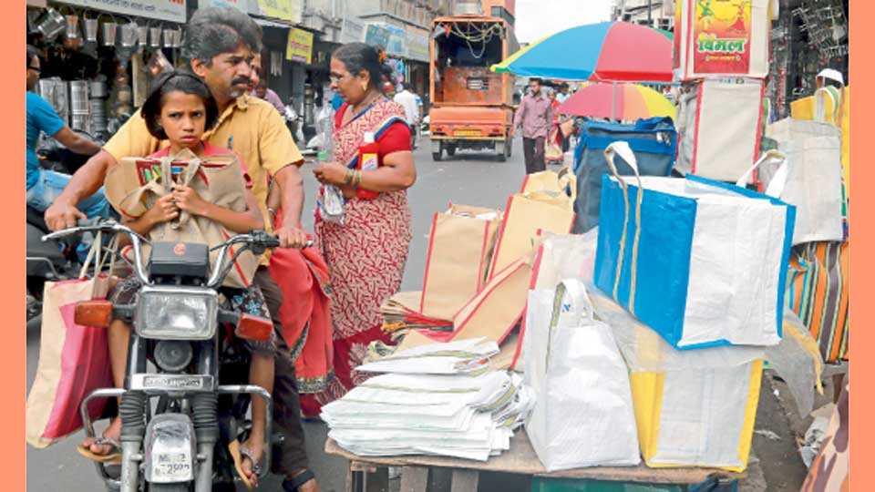 मंडई - प्लॅस्टिक बंदी मुळे कापडी पिशवी खरेदी करताना नागरिक.