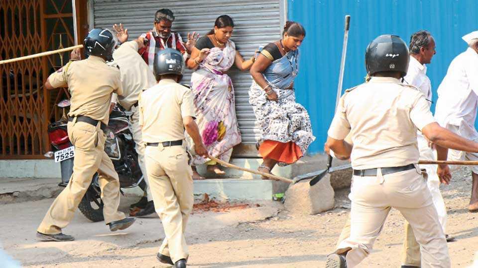 औरंगाबाद - सातमार्चला मिटमिटा येथे ग्रामस्तांना दंडूक्यांनी मारहाण करताना पोलिस.