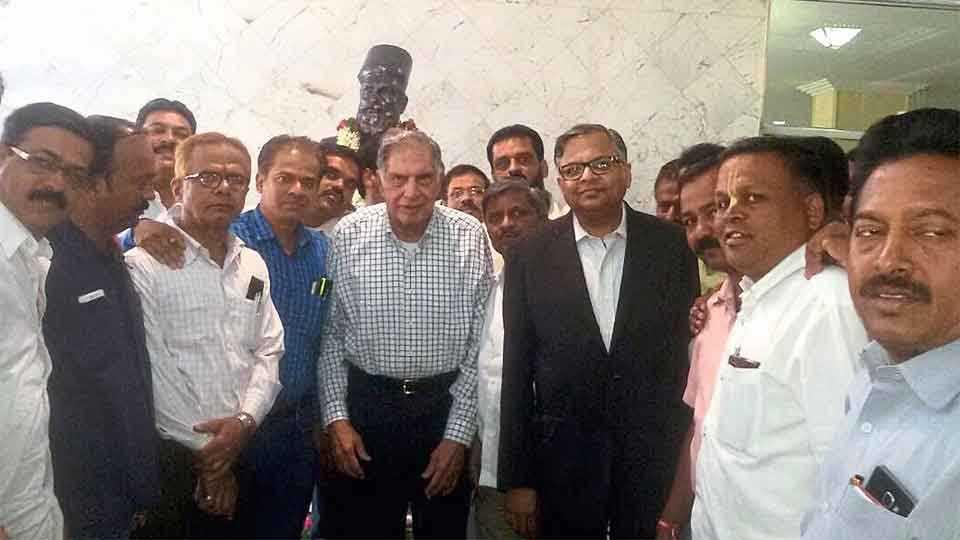 टाटा मोटर्स, भोसरी - टाटा सन्सचे मानद अध्यक्ष रतन टाटा आणि नवनिर्वाचित अध्यक्ष एन. चंद्रशेखरन यांनी सोमवारी कंपनीला भेट देऊन टाटा मोटर्स कामगार संघटनेच्या पदाधिकाऱ्यांशी चर्चा केली.