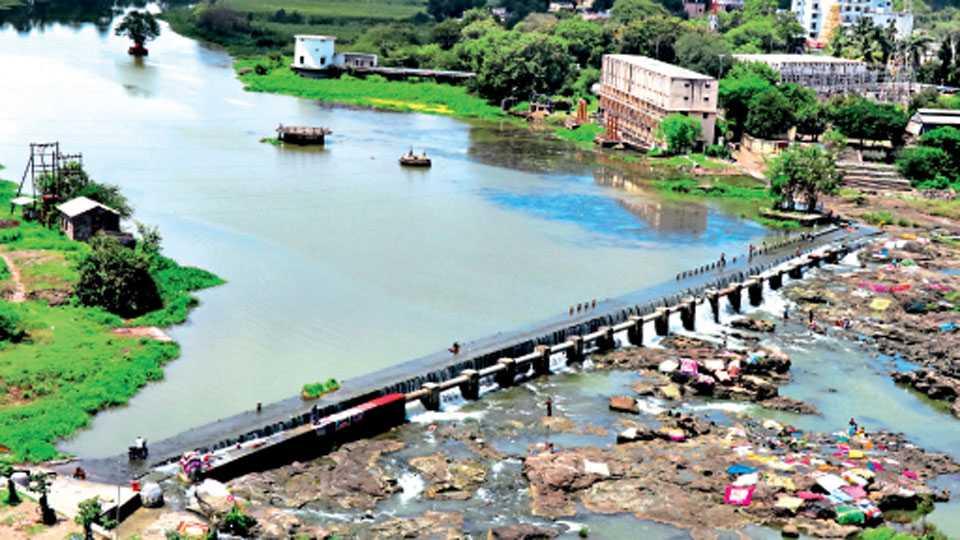 रावेत - पवना नदीवरील सध्याचा बंधारा जुना झाला असून त्या पुढील जागेत नवीन बंधारा बांधण्याचा प्रस्ताव आहे. पिंपरी-चिंचवड महापालिका येथून शहरासाठी पाणी घेते.