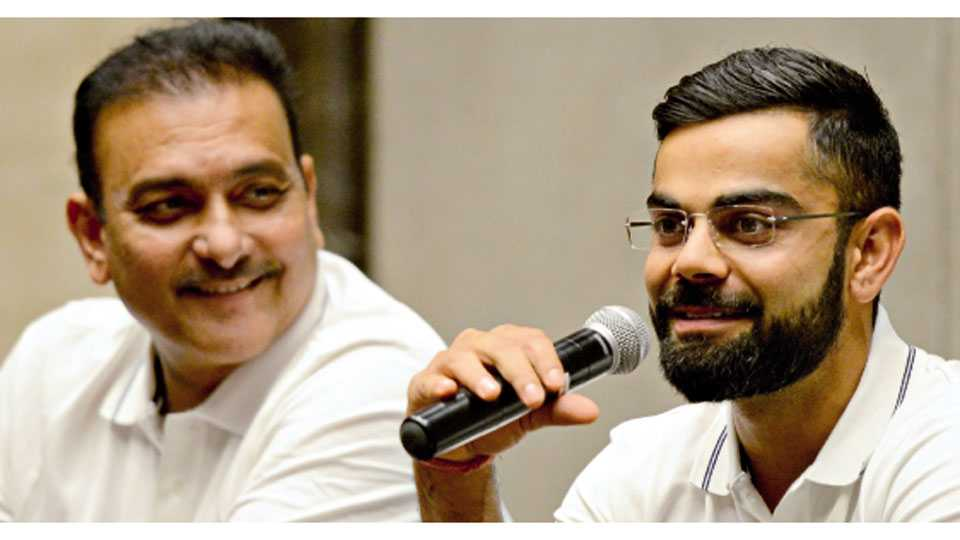 मुंबई - श्रीलंका दौऱ्यावर रवाना होण्यापूर्वी बुधवारी मुंबईत झालेल्या पत्रकार परिषदेत बोलताना विराट कोहली. डावीकडे प्रशिक्षक रवी शास्त्री.