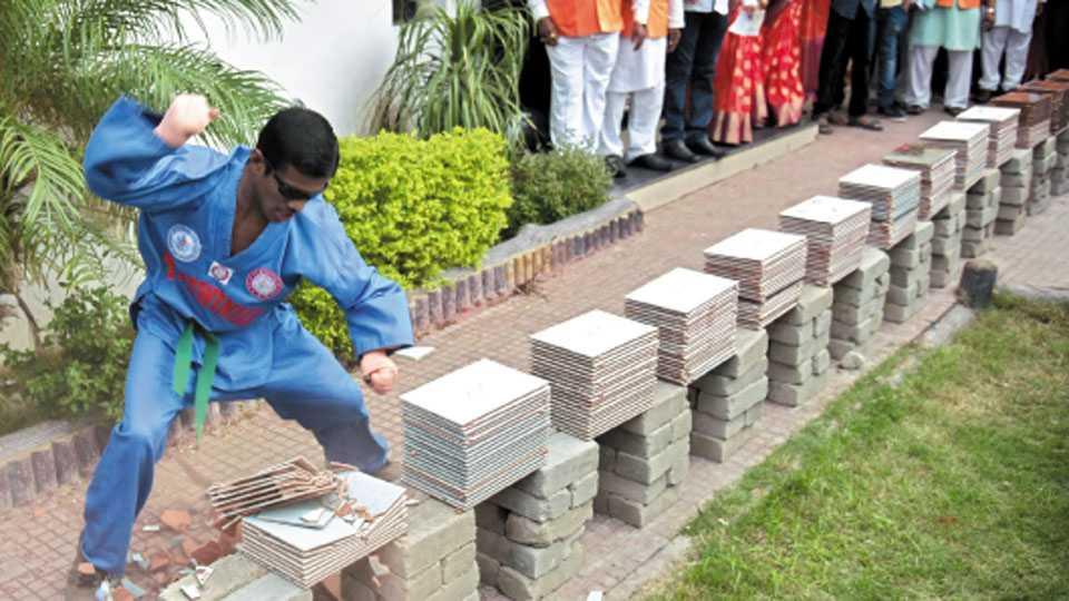 हनुमाननगर - टाईल्सचा खच फोडताना कार्तिक अनिल जयस्वाल.
