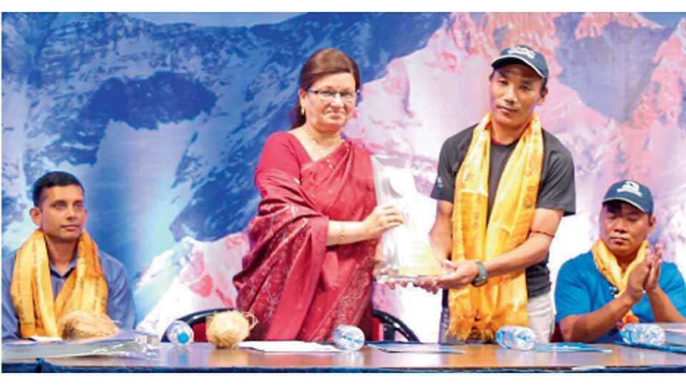 एरंडवणे - कांचनगंगा इको मोहिमेनिमित्त आयोजित कार्यक्रमात विश्वविक्रमी एव्हरेस्टवीर कामी रिता शेर्पा यांचा मानचिन्ह देऊन सत्कार करताना महापौर मुक्ता टिळक.