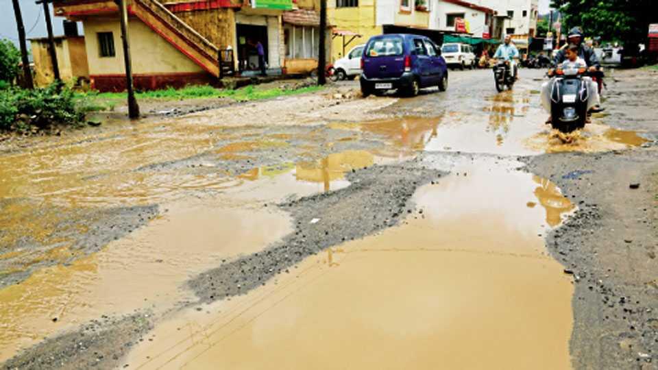 सातारा - गेंडामाळ नाका ते शाहूपुरी रस्त्यावर खड्डे व राडारोडा झाल्याने नागरिकांची तारांबळ उडत आहे.