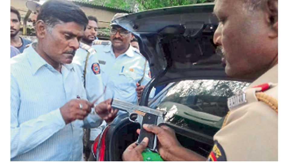 मिरज - मिरज वाहतूक शाखेकडील पोलिसांनी नाकाबंदीच्या दरम्यान गुरुवारी दुपारी दरोडेखोरांच्या टोळीला पकडले. टोळीकडे सापडलेल्या पिस्तुलाची तपासणी करताना पोलिस अधिकारी.