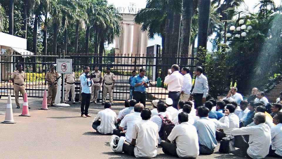 ॲम्बी व्हॅली, आंबवणे (सहारा) - 'सहारा'ने कामावरून कमी केल्याने कंपनीच्या प्रवेशद्वारावर धरणे आंदोलन करताना कर्मचारी.
