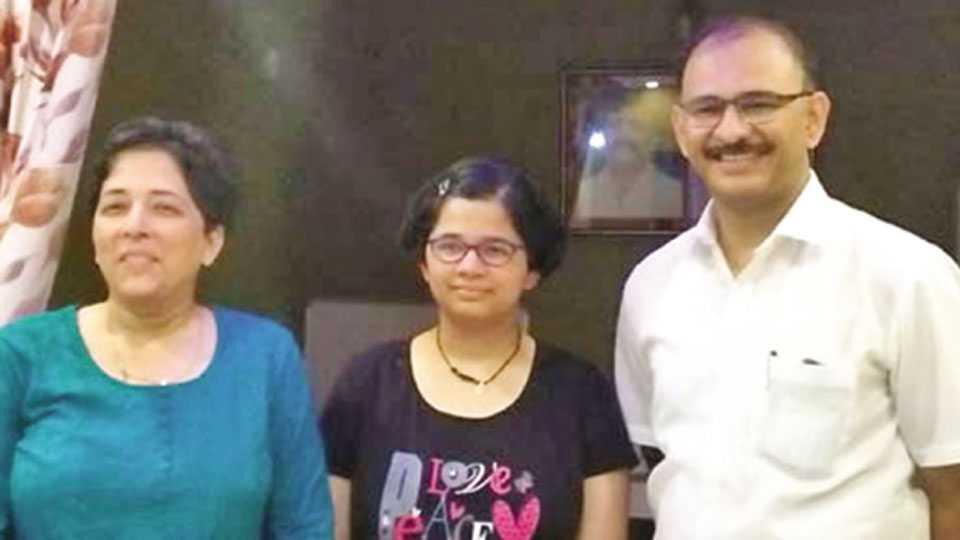 खेड - वडील डॉ. सुनील जोशी व आई डॉ. शर्वरी जोशींसमवेत सलोनी.