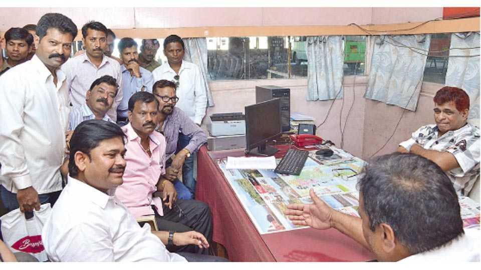 रत्नागिरी - आगार व्यवस्थापक एस. बी. सय्यद यांच्याशी चर्चा करताना महाराष्ट्र एसटी कामगार संघटनेचे राज्याध्यक्ष संदीप शिंदे. शेजारी राजेश मयेकर, रवींद्र लवेकर आदी.