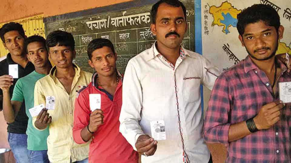आरळा ( ता. शिराळा) येथे मतदानाचा हक्क बजावताना युवक.