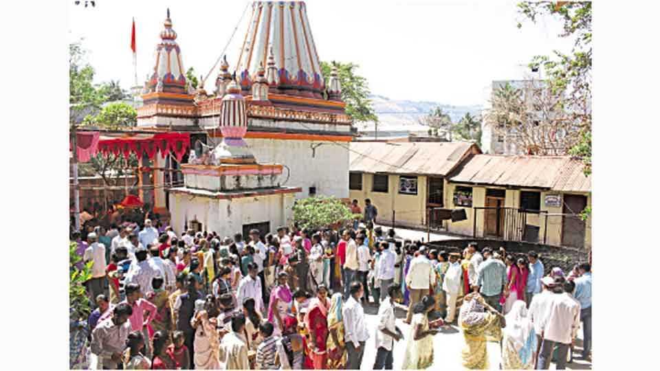 सातारा - महाशिवरात्रीनिमित्त कोटेश्वर मंदिरात दर्शनासाठी शुक्रवारी झालेली भाविकांची गर्दी.