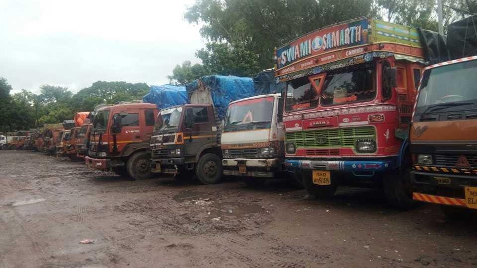 मार्केटयार्ड - मालवाहतूकदारांच्या राष्ट्रीय आंदोलनामुळे ट्रक, टेंपोची वाहतूक शुक्रवारपासून बेमुदत बंद झाली.