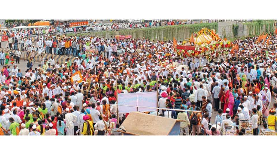 चौफुला (ता. दौंड) - संत तुकाराम महाराज पालखीच्या दर्शनासाठी बुधवारी भाविकांनी केलेली गर्दी.