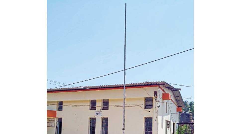 वेंगुर्ले - महाराष्ट्रदिनी राष्ट्रध्वजाविना असलेला महावितरणच्या कार्यालयातील ध्वजस्तंभ.