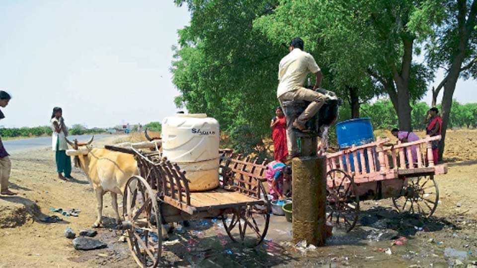 थेरगाव (ता. पैठण) - गळक्या जालना पाइपलाइनच्या व्हॉल्व्हवर पाणी भरण्यासाठी अशी गर्दी होते.