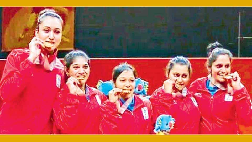 गोल्ड कोस्ट - भारतीय महिला टेनिसपटू ऐतिहासिक सुवर्णपदकाचा जल्लोष करताना.