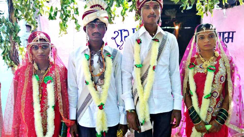फुलसावंगी (जि. यवतमाळ) : ग्रामस्थांच्या पुढाकाराने विवाहित झालेली जोडपी.