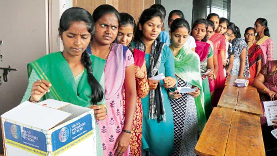 सावित्रीबाई फुले महिला महाविद्यालयातील विद्यार्थिनींनी मतदानाचा हक्क बजावला.
