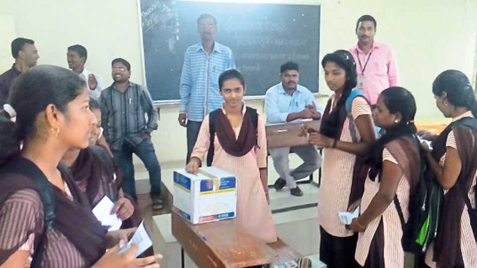फलटण - नामदेवराव सूर्यवंशी (बेडके) महाविद्यालयात 'यिन'ची उमेदवार सना आतार मतदानाचा हक्क बजावताना.