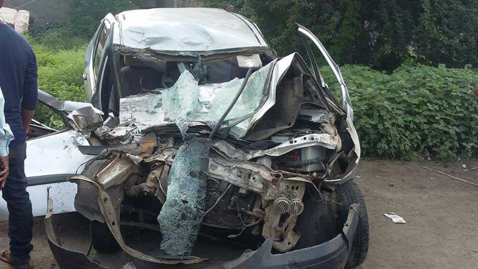 accident on Solapur-Dhule highway 2 dead