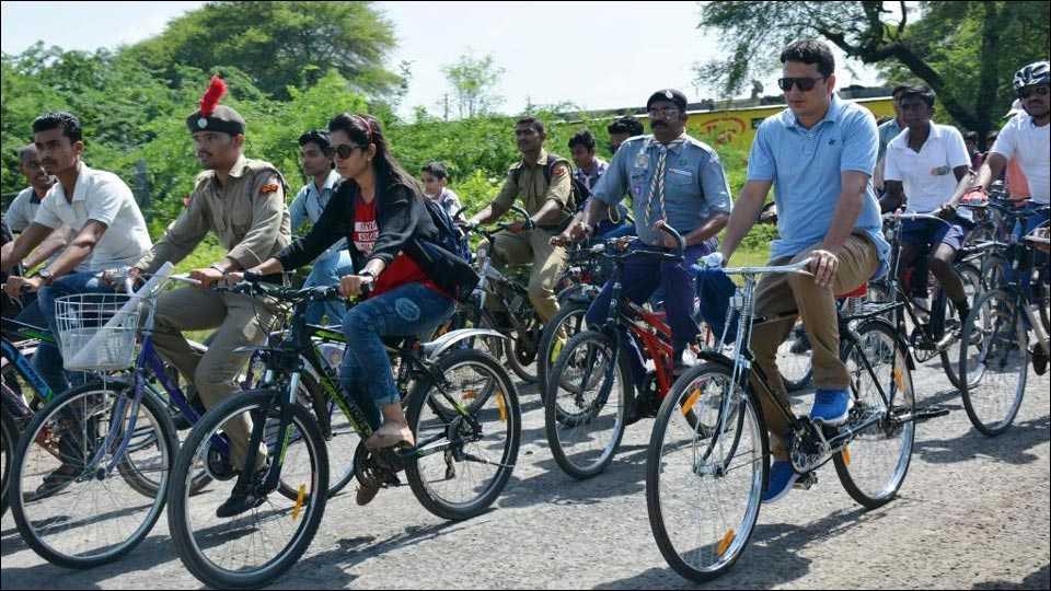 अकोलाः जिल्हाधिकाऱयांनी सायकलवरून जावून दिला स्वच्छतेचा संदेश