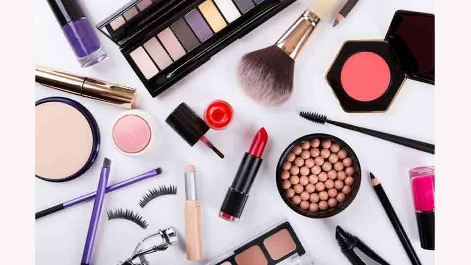 Selfie Fad And Cosmetics Trend