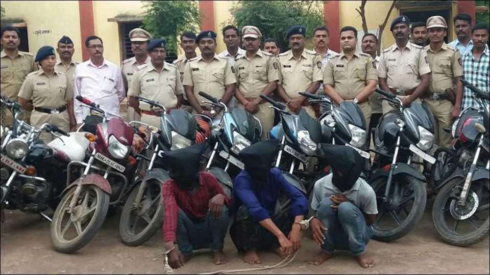 परभणी: चोरून आणलेल्या दुचाकी विकतांना तीन चोरट्यांना अटक